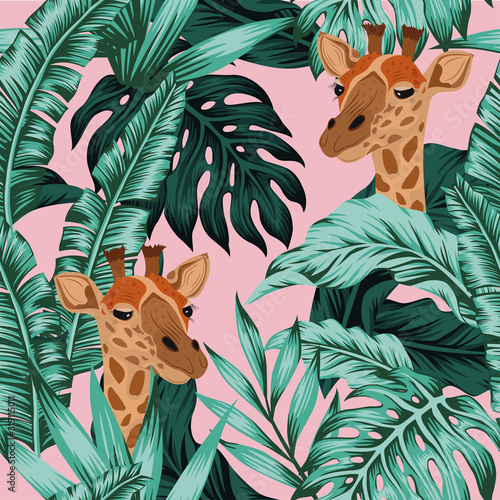 Photo Tropical leaves giraffe seamless pattern pink background