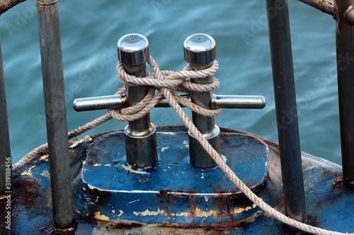 Fotomural Old metal bollard with mooring rope