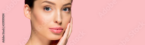 Cuadros en Lienzo panoramic shot of attractive young woman with perfect skin, isolated on pink