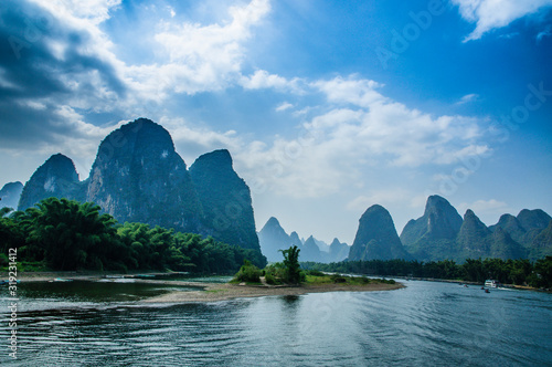 SCENIC VIEW OF RIVER AND MOUNTAINS AGAINST SKY Fototapet