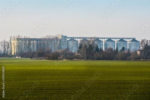 Fototapeta Silosy zbożowe skupu ziarna usytuowane przy torach kolejowych obraz