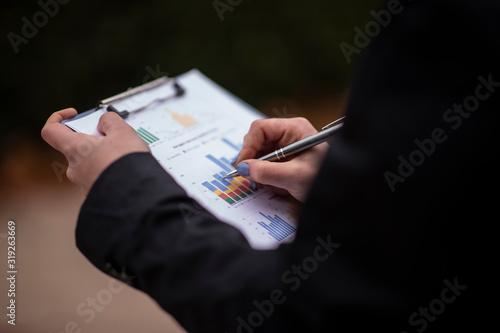 mano de mujer con un boligrafo escribiendo Wallpaper Mural