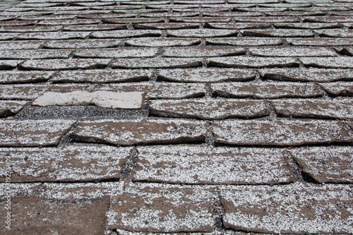 Old worn out asphalt shingles on the roof of a residential home. Lerretsbilde