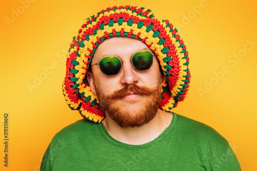 Photo bright rastaman in cap