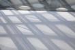 Lichterspiel auf Glas und Beton