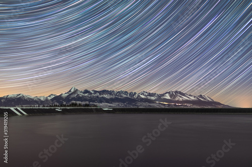 Photo The night sky over one hour exposure to the beauty of the mountain