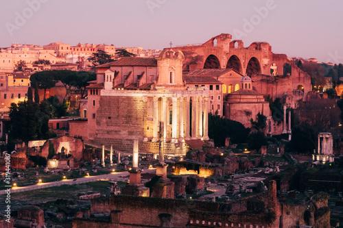 Photo Rome, Italy - Jan 1, 2020: Roman Forum during dusk, Rome, Italy