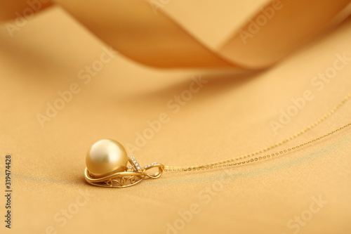 Platinum pearl pendant inlaid with diamonds and gold Slika na platnu