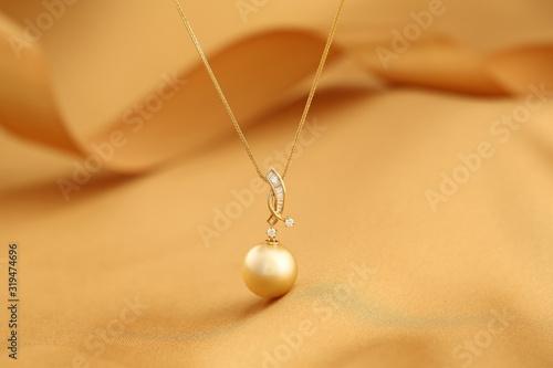 Platinum pearl pendant inlaid with diamonds and gold Tapéta, Fotótapéta