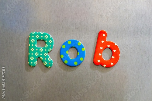 Photo High angle shot of cute letters spelling the name Rob