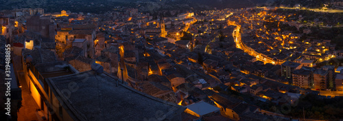 Nocny widok barokowego miasta Modica, które wygląda jak płynny ogień - fototapety na wymiar