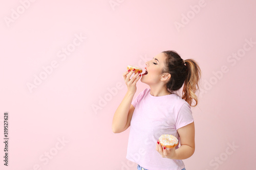 Obraz Beautiful young woman with donuts on color background - fototapety do salonu