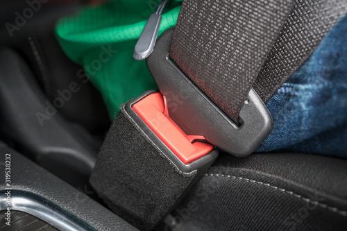 Fotomural Gurtschloss und Schlosszunge eines Sicherheitsgurtes in einem Auto als Symbol fü