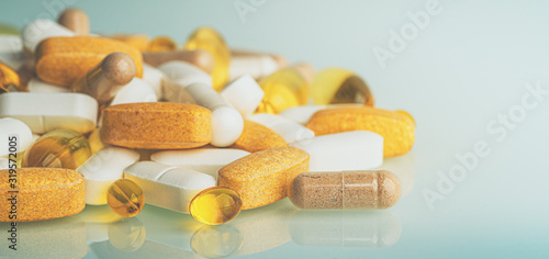 Fotografia Dietary Supplements macro photo: multivitamin tablets, softgels with Omega-3 and Vitamin D3, antioxidants and capsules with minerals