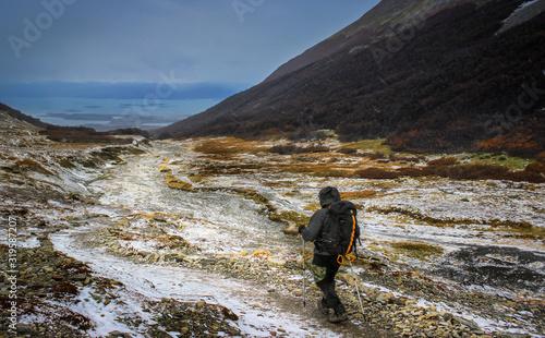 Fotografía A man hiking on top of a snowy mountain