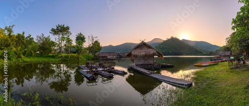 Fotografia SCENIC VIEW OF LAKE AGAINST SKY DURING SUNSET