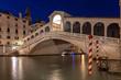 Beleuchtete Rialto Brücke in Venedig bei Nacht