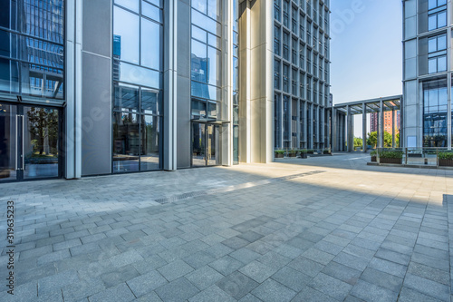 Obraz modern office building outdoors in the downtown - fototapety do salonu