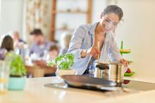 Frau Beim Kochen Am Herd Rührt Im Kochtopf