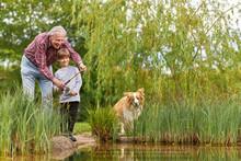 Großvatern Beim Angeln Mit Enkelsohn Am See