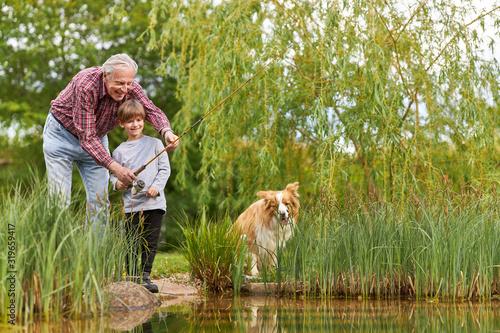 Photo Großvatern beim Angeln mit Enkelsohn am See