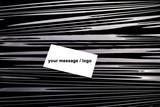 Wizytówka z miejscem na tekst, leżąca na ciemnym tle. Tło w czarne pasy i biała kartka.