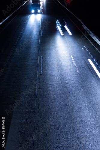 Cuadros en Lienzo Deutsche Autobahn mit Verkehr bei Nacht
