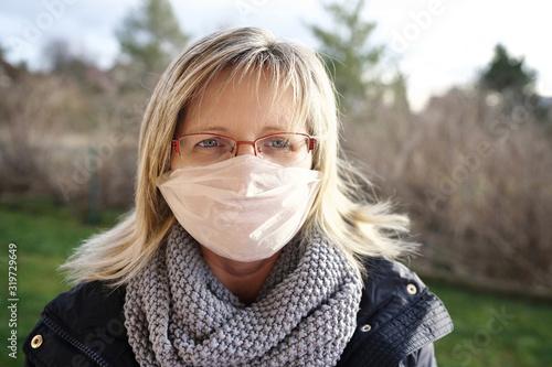 Leinwand Poster blonde Frau mit Mundschutz