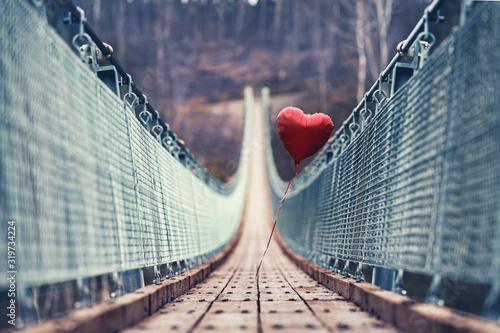 Cuadros en Lienzo roter schwebender Ballon auf der Hängebrücke