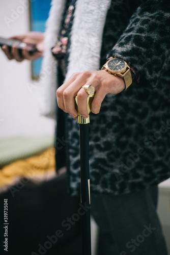 GOLD RING GOLD CLOCK ON HAND HOLDING GOLDEN STICK PIMP COSTUME Slika na platnu