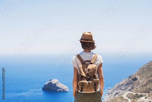 Fotografía Young woman traveler looking at the sea