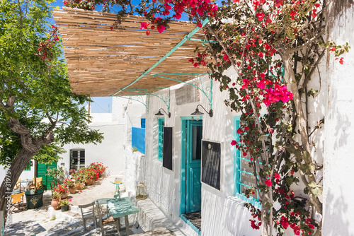 Photo Traditional street with cute cafe bars in Greece