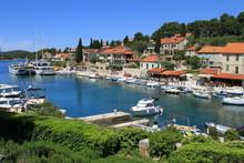 Petit Port De Plaisance Sur Un...