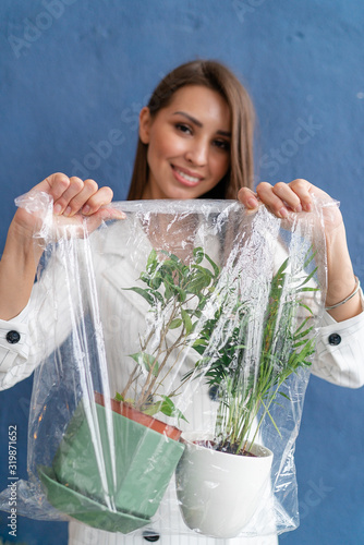 Photo Girl holding plants in a cellophane bag