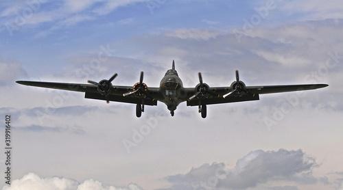 Fényképezés B 17 bomber jet in CLOUDY SKY