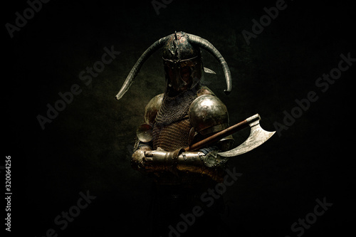 Foto Portrait of a Viking Berserker warrior, holding an ax in his hands