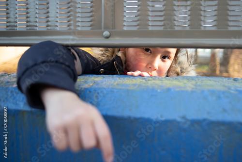 Valokuva 隙間から覗く子供