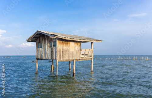 Photo Wooden timber houses on stilts in water sea with clear blue sky near coast,home
