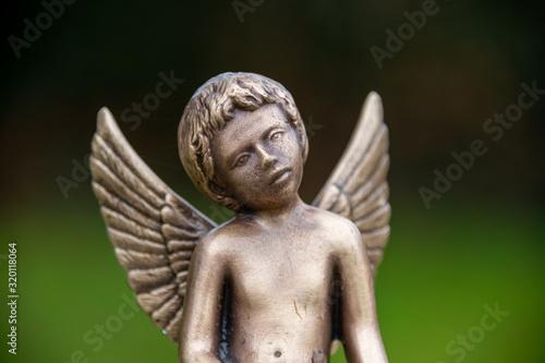 Photo schöner Bronzeengel auf einem Friedhof in Holland