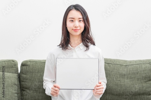 Fototapeta スケッチブックを持つ女性 obraz