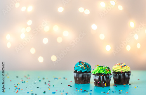 Photo frosted cupcakes on white background