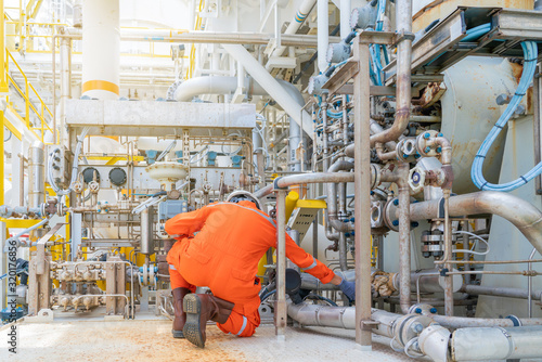 Fotografía Mechanical engineer inspector check control valve of seal gas and lube oil system of centrifugal type sales compressor and turbine engine at offshore oil and gas processing platform
