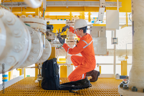 Cuadros en Lienzo Electrical and instrument technician fix the valve at offshore oil and gas processing platform, maintenance and service occupational at oil rig