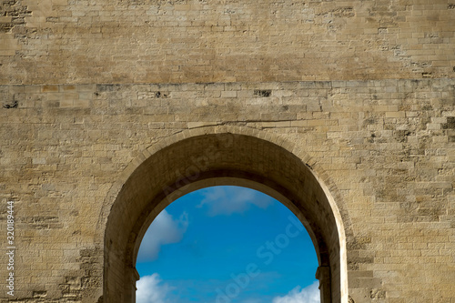 Canvas Print Low Angle View Of Archway Against Sky