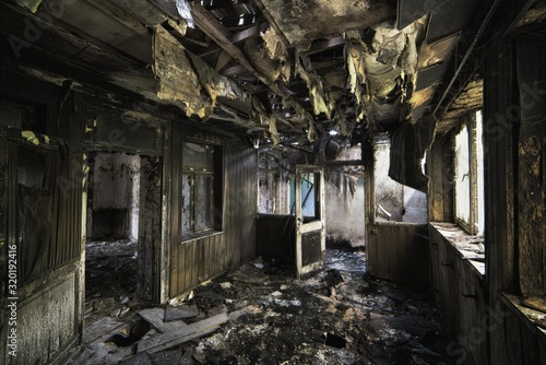 Photo Inside shot of an abandoned destroyed building with burned walls and worn-out do