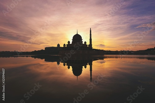 Silhouette Of Putra Mosque By River Against Sky During Sunset Fototapet