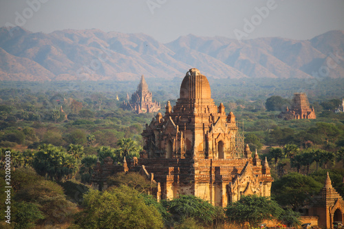Photo ancient pagodas in Bagan