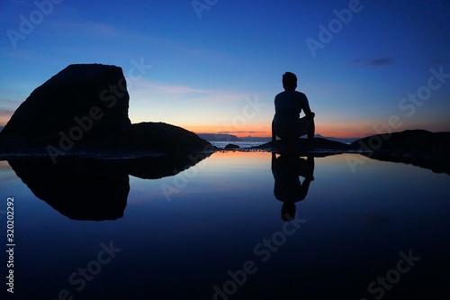 Fotografia REAR VIEW OF MAN ON SEASHORE DURING SUNSET