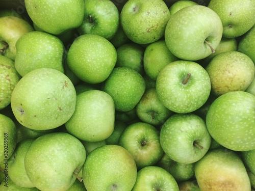 Fotografia Full Frame Shot Of Granny Smith Apples At Market