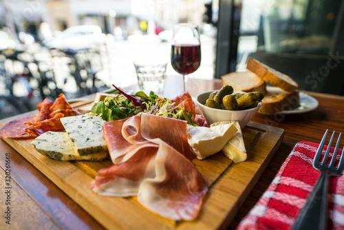 planche mixte jambon fromage parisien terrasse Fototapete